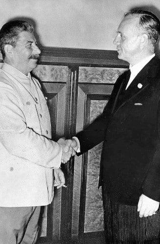 Staline et Ribbentrop après la signature du pacte germano-soviétique